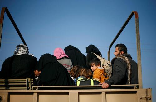 فرار غیر نظامیان از مناطق تحت اشغال داعش در غرب  شهر موصل عراق