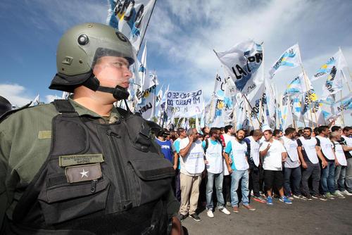 تجمع فعالان در مقابل دادگاه محاکمه خانواده رییس جمهور سابق آرژانتین به اتهام فساد مالی – بوینوس آیرس