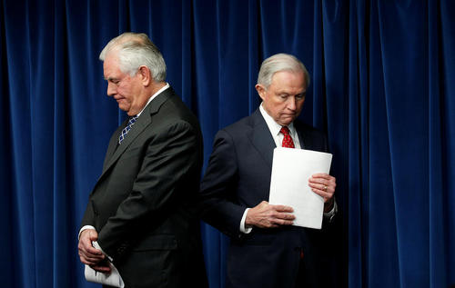 وزرای دادگستری و امور خارجه آمریکا در نشست خبری رونمایی از فرمان جدید ضد مهاجرتی ترامپ - واشنگتن