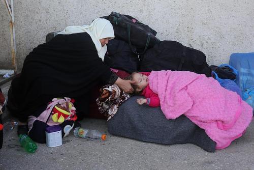 انتظار شهروندان فلسطینی برای ورود به مصر از گذرگاه مرزی رفح در باریکه غزه
