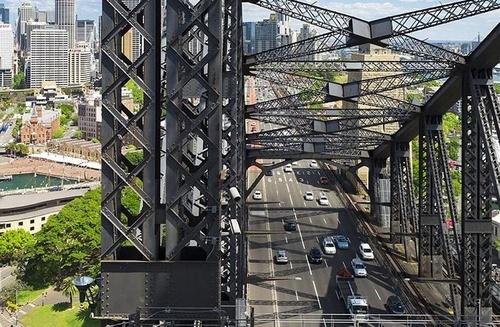 فتح کردن پل سیدنی –استرالیا- در این فهرست قرار دارد.
