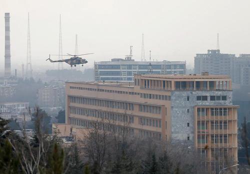 انتقال نیروهای ارتش افغانستان با هلی کوپتر به بیمارستان نظامی کابل به منظور مقابله با حمله مسلحانه