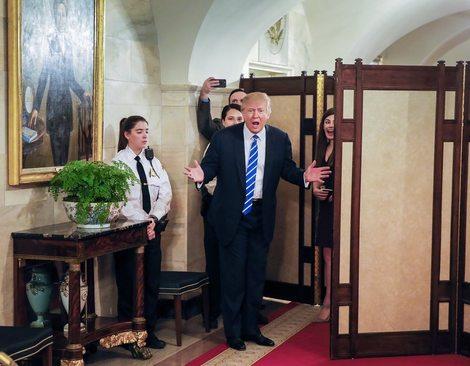 استقبال ترامپ از گردشگران بازدیدکننده از کاخ سفید