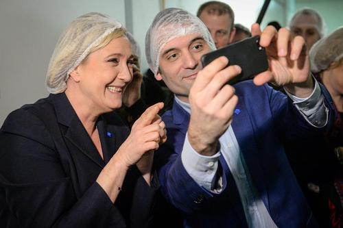 سلفی گرفتن مارین لوپن نامزد راست گرای انتخابات ریاست جمهوری فرانسه با یکی از مشاورانش به هنگام بازدید از یک کارخانه شکلات سازی فرانسه