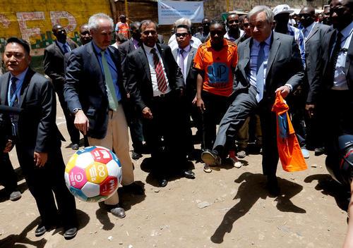 پا به توپ شدن آنتونیو گوترش دبیر کل جدید سازمان ملل در حاشیه مسابقه ای فوتبال به مناسبت روز جهانی زن در نایروبی کنیا