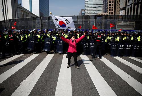 تجمع حامیان و مخالفان رییس جمهور برکنار شده کره جنوبی در سئول