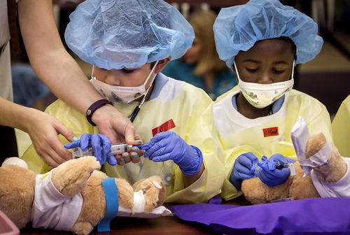آموزش مسایل پزشکی با استفاده از عروسک های خرسی به کودکان در فلوریدا آمریکا