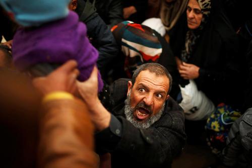 تلاش شهروندان عراقی برای سوار شدن به کامیون ها برای ترک مناطق جنگی در غرب شهر موصل
