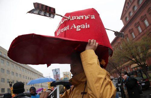 تظاهرات بر ضد ترامپ در واشنگتن در اعتراض به عبور خط لوله نفتی داکوتا