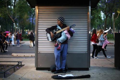 نوازنده خیابانی در مکزیکوسیتی