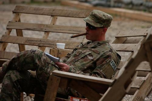 یک عضو نیروی هوایی آمریکا در پایگاه هوایی قیاره عراق