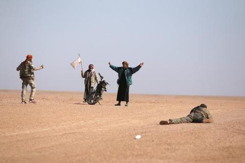 مواجهه شهروندان گریخته از شهر رقه سوریه با نظامیان گروه موسوم به نیروهای دموکراتیک سوریه در شمال این شهر