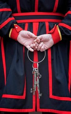 کلیدهای بنای معروف برج لندن در دستان رییس جدید آن در نخستین روز کاری