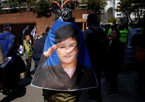 تجمع حامیان رییس جمهور معزول کره جنوبی در مقابل خانه او در سئول