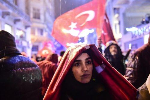 تجمع شهروندان ترکیه در مقابل کنسولگری هلند در استانبول در اعتراض به عدم اجازه دولت آمستردام به برپایی میتینگ سیاسی حامیان اردوغان در شهر روتردام