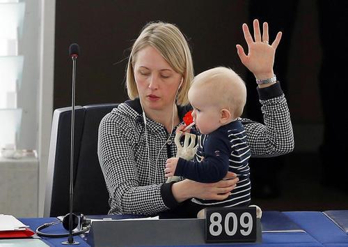 نماینده سوئدی عضو پارلمان اروپا در حال رای دادن در جلسه پارلمان – استراسبورگ فرانسه