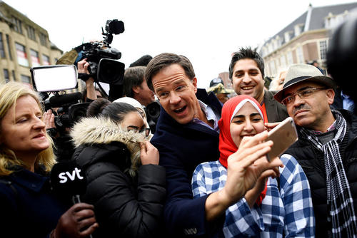 سلفی گرفتن نخست وزیر هلند در یک اجتماع انتخاباتی در شهر لاهه هلند یک روز مانده به برگزاری انتخابات سراسری چهارشنبه 25 اسفند
