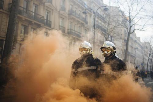 تظاهرات آتش نشانان فرانسوی در اعتراض به بدتر شدن شرایط کاری – پاریس