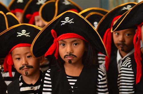 پوشیدن لباس دزدان دریایی از سوی کودکان پیش دبستانی در جشن روز مهد کودک در هند – دیامپور