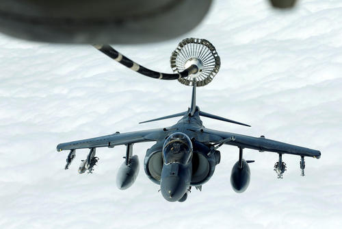 سوخت گیری هواپیمای جنگنده آمریکایی در آسمان سوریه