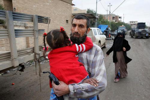 فرار غیر نظامیان عراقی ار غرب شهر موصل