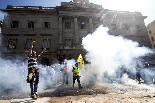 اعتصاب و تظاهرات رانندگان تاکسی در بارسلونا اسپانیا در اعتراض به فعالیت شرکت های کرایه خودرو