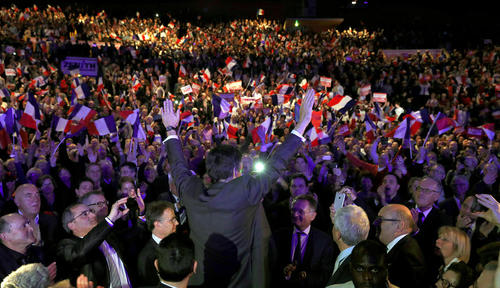 فرانسوا فیون نخست وزیر سابق و یکی از نامزدهای انتخابات ریاست جمهوری فرانسه در جمع حامیانش