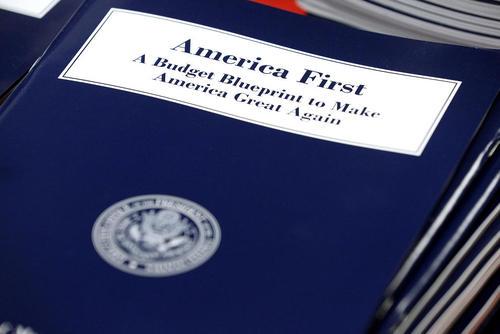 رونمایی از لایحه بودجه سال 2018 آمریکا با شعارهای انتخاباتی ترامپ بر روی جلد آن. این نخستین لایحه بودجه تدوین شده در دولت جدید آمریکاست