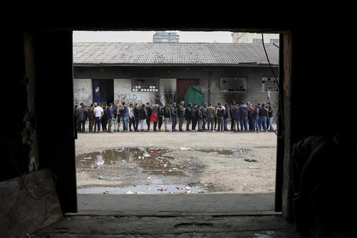 صف پناهجویان برای دریافت غذا – بلگراد