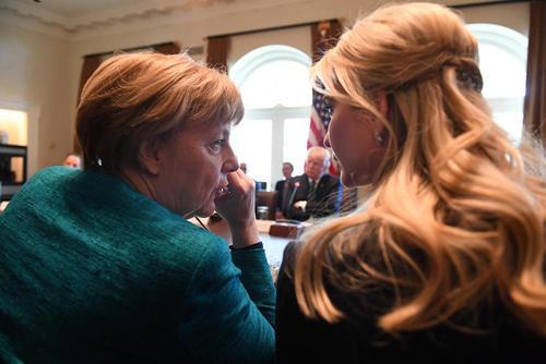 گپ و گفت صدر اعظم آلمان با ایوانکا ترامپ دختر رییس جمهور آمریکا در حاشیه یک نشست مشترک اقتصادی در کاخ سفید
