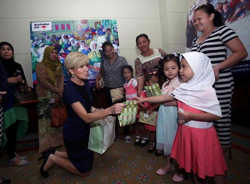 جولی بیشاپ وزیر امور خارجه استرالیا در حال توزیع هدیه بین کودکان مسلمان فیلیپینی هنگام بازدید از شهر داوائو در جنوب فیلیپین