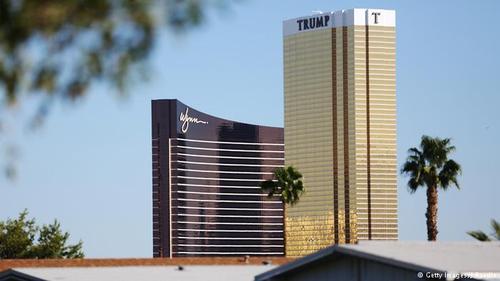 اکتبر ۲۰۱۵ دمکراتها نخستین مناظره انتخاباتی تلویزیونی خود را زیر سایه سنگین ترامپ برگزار کردند. این مناظره در هتل مجلل Wynn در لاسوگاس برپا شد که همجوار با ساختمان هتل بینالمللی ترامپ است. هتل ترامپ سومین ساختمان سر به فلک کشیده در لاسوگاس به شمار میرود.