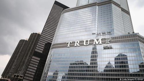 خیلی از ساکنان شیکاگو از اینکه نام ترامپ با حروف بزرگ روی ساختمان هتل و برج متعلق به او در این شهر نقش ببندد، مخالف بودند. رام امانوئل، شهردار شیکاگو، این تصمیم ترامپ را