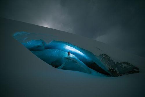 دهانه یک غار یخی در کانادا