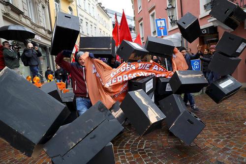 تظاهرات علیه  گروه بیست همزمان با برگزاری نشست وزرای اقتصاد و روسای بانک های مرکزی بیست کشور برتر اقتصادی جهان در بادن بادن آلمان