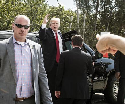 ترامپ با توقف در مسیر فرودگاه فلوریدا با گروهی از حامیانش که در مسیر تجمع کرده بودند دیدار کرد