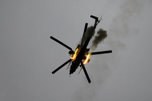 هلی کوپتر ارتش عراق در حال شلیک به مواضع داعش در غرب شهر موصل