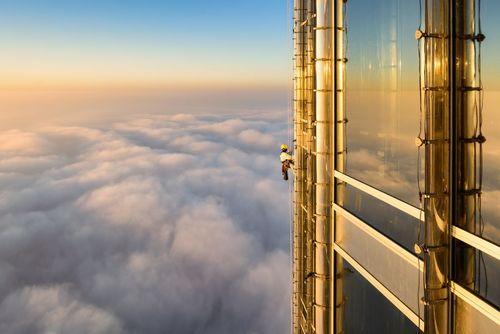 تمیز کردن شیشه پنجره های طبقه صدوبیست و چهارم برج خلیفه در دوبی