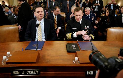 جیمز کومی رییس پلیس فدرال آمریکا در کنار دریاسالار مایک راجرز رییس آژانس امنیت ملی آمریکا در جلسه کمیته اطلاعات مجلس نمایندگان آمریکا و درحال پاسخگویی به سوالات نمایندگان درباره پرونده ارتباط احتمالی ستاد انتخاباتی ترامپ و روسیه