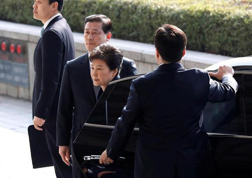 پارک گئوی های رییس جمهور معزول کره جنوبی در مقابل دفتر دادستانی کل کره جنوبی به منظور پاسخگویی به پرونده فساد مالی – سئول
