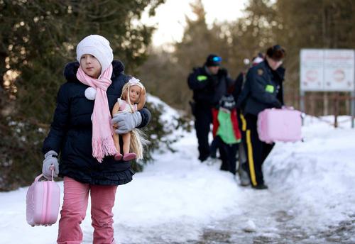 دستگیری یک خانواده ترک تبار مهاجر از سوی پلیس کانادا پس از عبور غیرقانونی آنها از مرز زمینی آمریکا و کانادا