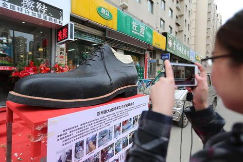 کفش 2 متری و 250 کیلویی تولید یک شرکت کفش سازی چینی در شهر شنیانگ