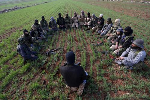 جلسه آموزشی اعضای گروه موسوم به احرار الشریعه از گروه های مخالف مسلح در سوریه در زمین های کشاورزی در حومه شهر الرای در شمال سوریه