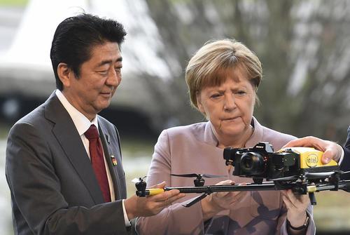 صدر اعظم آلمان و نخست وزیر ژاپن در نمایشگاه بین المللی رایانه و نرم افزار در هانوفر آلمان