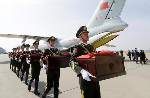 تحویل بقایای اجساد 28 سرباز چینی کشته شده در جنگ دو کره به گارد احترام ارتش چین در فرودگاه اینچئون کره جنوبی