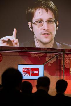 سخنرانی زنده ماهواره ای ادوارد اسنودن مامور اطلاعاتی فراری آمریکا برای کنفرانس سالانه آی تی در هانوفر آلمان. اسنودن به روسیه پناهنده شده است