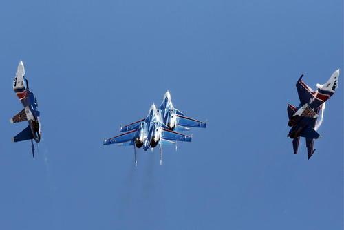 پرواز تیم آکروباتیک سوخوی روسیه در نمایشگاه سالانه هواوفضا در مالزی