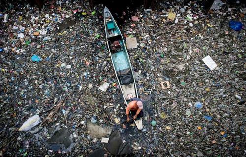 جمع کردن زباله از رودخانه آلوده ماریلاو در منطقه بولاکان فیلیپین