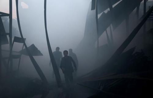 نیروهای امدادی در حال خاموش کردن آتش ناشی از حملات هوایی علیه شهر الحموریه در حومه دمشق