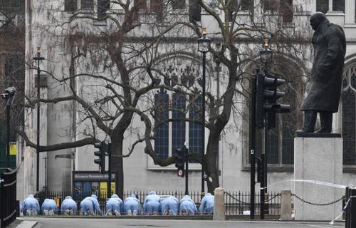 نیروهای پلیس در اطراف ساختمان پارلمان بریتانیا در حال جستجو برای یافتن نشانه ها و ادله حمله تروریستی اخیر